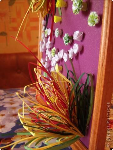 Училась делать петельчатый квиллинг, вот и получились такие непривычные цветы. Долго думала как их приспособить и получилась такая картина. Взяла бумагу для пастели (сиреневую), слегка сбрызнула ее золотым спреем и дальше уже клеила цветы. фото 3