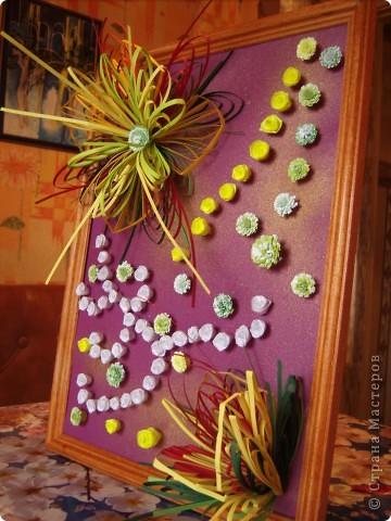 Училась делать петельчатый квиллинг, вот и получились такие непривычные цветы. Долго думала как их приспособить и получилась такая картина. Взяла бумагу для пастели (сиреневую), слегка сбрызнула ее золотым спреем и дальше уже клеила цветы. фото 2