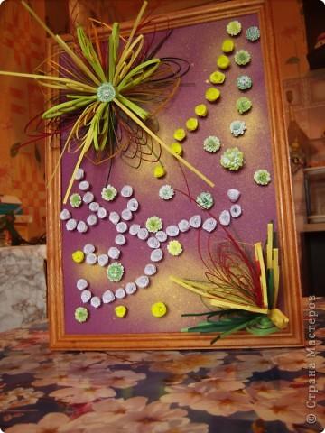 Училась делать петельчатый квиллинг, вот и получились такие непривычные цветы. Долго думала как их приспособить и получилась такая картина. Взяла бумагу для пастели (сиреневую), слегка сбрызнула ее золотым спреем и дальше уже клеила цветы. фото 1