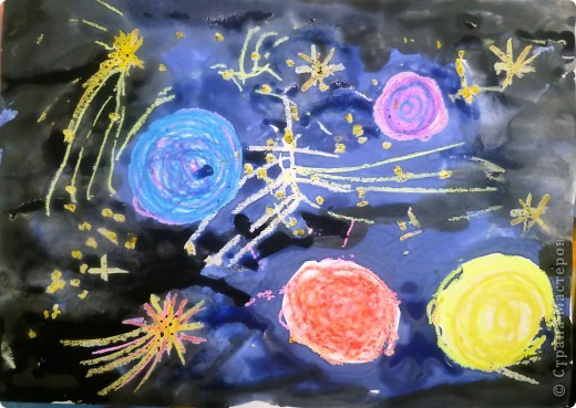 Мы рисуем космос.  Юбилейная дата – 50 лет  Первому полету человека в космос. Восковыми карандашами рисовали планеты, звезды, а потом  рисовали гуашью.  Вот как-то так мы представляем Вселенную…  фото 1