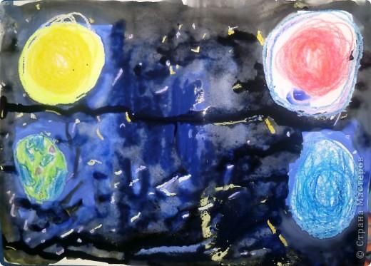 Мы рисуем космос.  Юбилейная дата – 50 лет  Первому полету человека в космос. Восковыми карандашами рисовали планеты, звезды, а потом  рисовали гуашью.  Вот как-то так мы представляем Вселенную…  фото 3