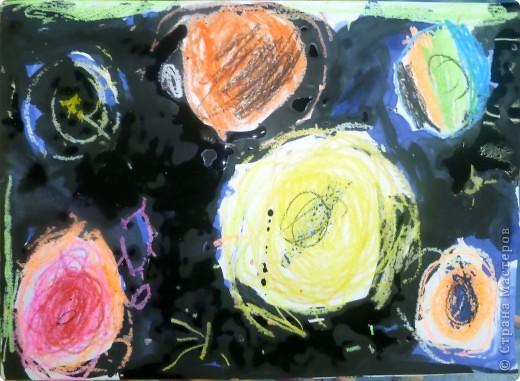 Мы рисуем космос.  Юбилейная дата – 50 лет  Первому полету человека в космос. Восковыми карандашами рисовали планеты, звезды, а потом  рисовали гуашью.  Вот как-то так мы представляем Вселенную…  фото 4
