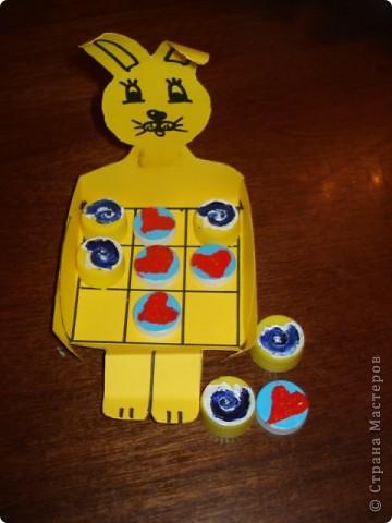 """Наш Зайчонок не просто сидит, а служит коробочкой для игры в """"крестики-нолики""""- отличный вариант для многоразовой игры без лишей бумаги и писанины. фото 1"""