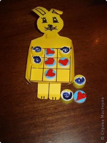 """Наш Зайчонок не просто сидит, а служит коробочкой для игры в """"крестики-нолики""""- отличный вариант для многоразовой игры без лишей бумаги и писанины. фото 2"""