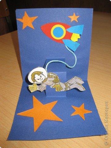 Сегодня наше занятие совпало с Днем космонавтики и мы решили сделать открытку. Для обложки я распечатала картинку с открытки 1964 года художника Анискина фото 3