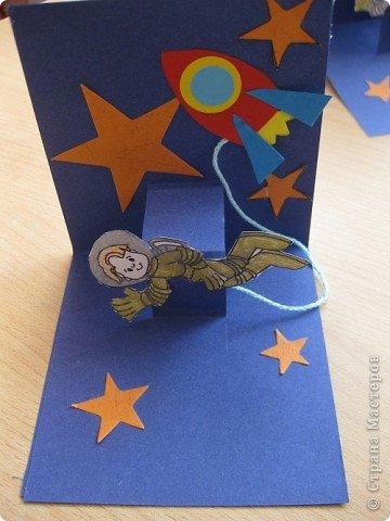Сегодня наше занятие совпало с Днем космонавтики и мы решили сделать открытку. Для обложки я распечатала картинку с открытки 1964 года художника Анискина фото 4
