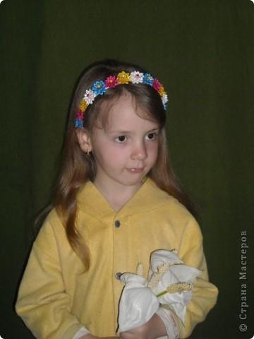 """Валерия вручила маме ободок и сказала:""""Чтобы стал красивый!"""".:)) Бабушка подарила простой ободочек, а мама превратила его в радужный. Выбор цвета ограничился имеющимися в наличии ленточками. Итог работы перед вами:)) Цветочки собирались на кожаный кружочек и приклеивались """"Моментом"""" к ободку. МК по сбору подобных цветов, у меня в блоге. фото 1"""
