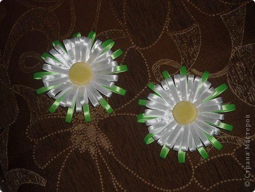 """Валерия вручила маме ободок и сказала:""""Чтобы стал красивый!"""".:)) Бабушка подарила простой ободочек, а мама превратила его в радужный. Выбор цвета ограничился имеющимися в наличии ленточками. Итог работы перед вами:)) Цветочки собирались на кожаный кружочек и приклеивались """"Моментом"""" к ободку. МК по сбору подобных цветов, у меня в блоге. фото 2"""