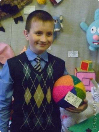 Азамат со своим вязаным мячом на выставке игрушек фото 1