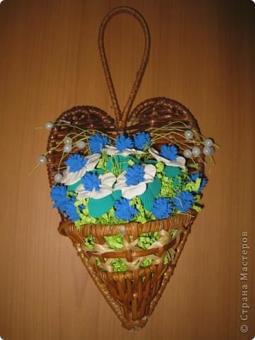 Сделала цветочный шар в подарок сестренке. Купила 4 букетика искусственных цветов, разобрала на отдельные цветочки, соединила по два (сверху желто-оранжевые, а за ними желтые), украсила серединки бусинками. Все это наклеила с помощью клея на заготовленный из бумаги и обмотанный нитками шар, который покрасила акриловой краской фото 5