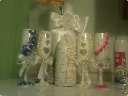 Шампанское и два фужера для жениха и невесты (их они бить не собираются  для битья я сделала другие попроще) будут стоять на столе весь вечер фото 5
