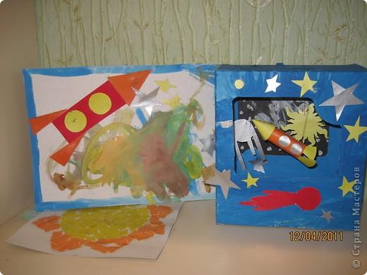 А это сделал мой сынулька. Тоже готовился к старту своей ракеты по имени Санек. Основа космаса - коробка от игрушки, раскрасил гуашью, а остальное цветной картон. фото 2