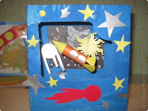 А это сделал мой сынулька. Тоже готовился к старту своей ракеты по имени Санек. Основа космаса - коробка от игрушки, раскрасил гуашью, а остальное цветной картон. фото 1