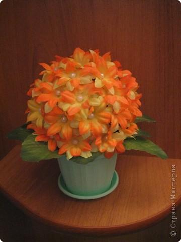 Сделала цветочный шар в подарок сестренке. Купила 4 букетика искусственных цветов, разобрала на отдельные цветочки, соединила по два (сверху желто-оранжевые, а за ними желтые), украсила серединки бусинками. Все это наклеила с помощью клея на заготовленный из бумаги и обмотанный нитками шар, который покрасила акриловой краской фото 2