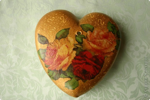 Сердечко-вазочка. Стеклянная с отверстиями для цветов. Сделала мужу к дню Святого Валентина. Это вид с одной стороны. Обратный декупаж, акриловые краски, салфетки 2-х видов.  фото 3