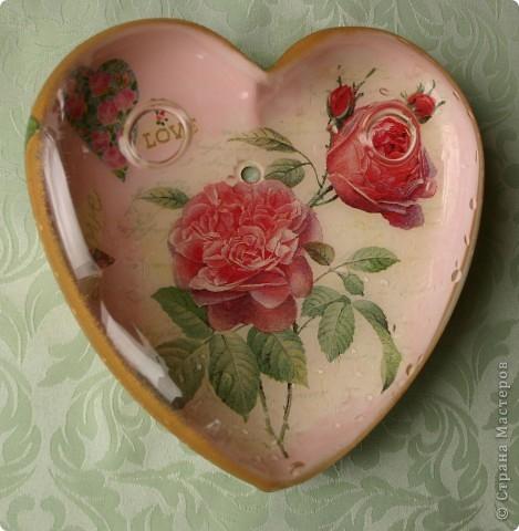 Сердечко-вазочка. Стеклянная с отверстиями для цветов. Сделала мужу к дню Святого Валентина. Это вид с одной стороны. Обратный декупаж, акриловые краски, салфетки 2-х видов.  фото 1
