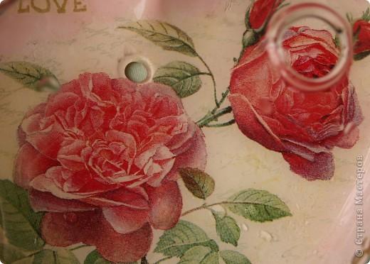 Сердечко-вазочка. Стеклянная с отверстиями для цветов. Сделала мужу к дню Святого Валентина. Это вид с одной стороны. Обратный декупаж, акриловые краски, салфетки 2-х видов.  фото 4