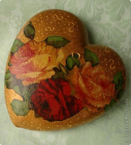 Сердечко-вазочка. Стеклянная с отверстиями для цветов. Сделала мужу к дню Святого Валентина. Это вид с одной стороны. Обратный декупаж, акриловые краски, салфетки 2-х видов.  фото 2
