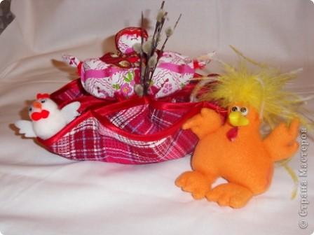Здесь соединены две работы: салфетка из 3-х кругов и кукла Пасха.Верхняя часть куклы вставлена внутрь салфетки и пришита. Получилась интересная и поделка(полезное изделие) и яркая кукла. фото 8