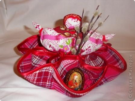 Здесь соединены две работы: салфетка из 3-х кругов и кукла Пасха.Верхняя часть куклы вставлена внутрь салфетки и пришита. Получилась интересная и поделка(полезное изделие) и яркая кукла. фото 1