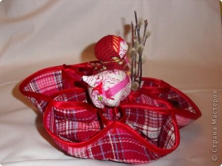 Здесь соединены две работы: салфетка из 3-х кругов и кукла Пасха.Верхняя часть куклы вставлена внутрь салфетки и пришита. Получилась интересная и поделка(полезное изделие) и яркая кукла. фото 2