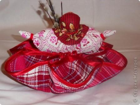 Здесь соединены две работы: салфетка из 3-х кругов и кукла Пасха.Верхняя часть куклы вставлена внутрь салфетки и пришита. Получилась интересная и поделка(полезное изделие) и яркая кукла. фото 3