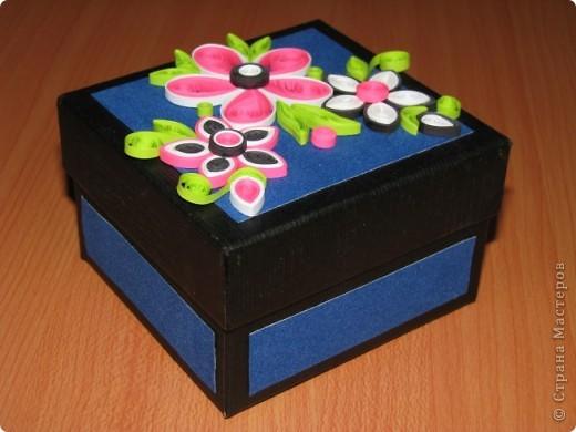 Лежала у меня очень долго без дела коробочка,и вот на каком-то сайте увидела такую цветочную композицию(автора не запомнила).Коробочка превратилась в нужную вещь-шкатулочку. фото 1