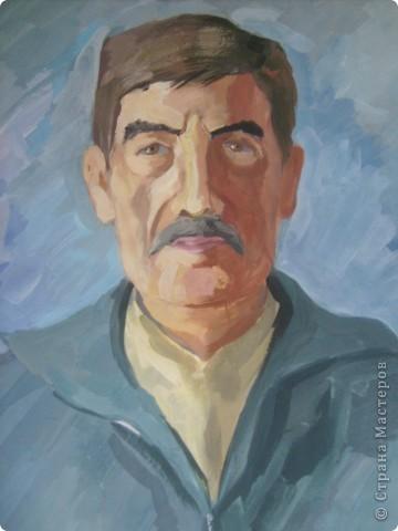Это портрет мужчины, рисовала с натуры гуашью.