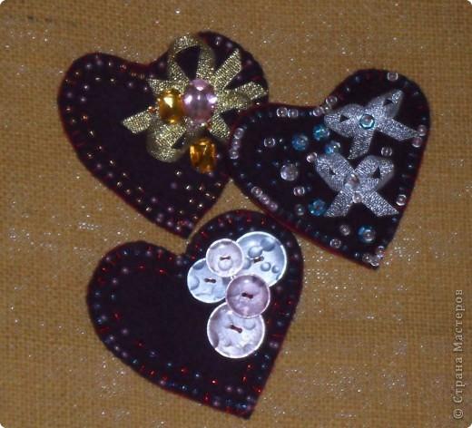 Пуговицы, бисер, лента, камни и паетки...- это то, чем украшены сердца из фетра.