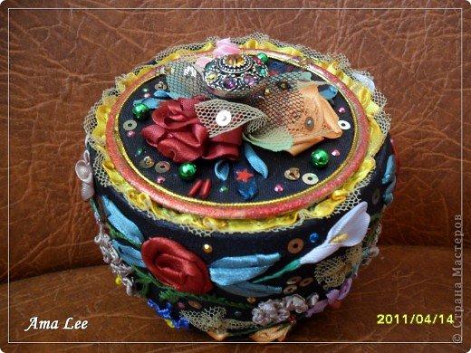 Для основы я взяла жестяную баночку из-под крема. Материал -- креп-атлас + верх, связанный крючком + розочка из лент + бисер + украшалочки. Получилась шкатулка для мелочей :) фото 10