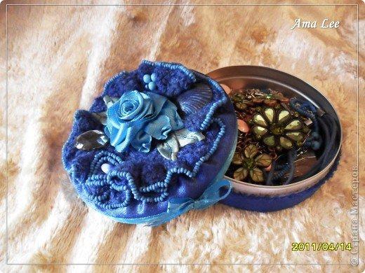 Для основы я взяла жестяную баночку из-под крема. Материал -- креп-атлас + верх, связанный крючком + розочка из лент + бисер + украшалочки. Получилась шкатулка для мелочей :) фото 2
