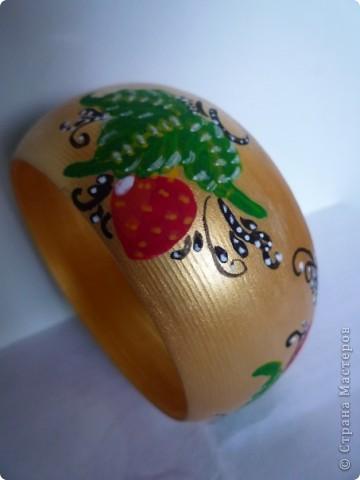 деревянный браслет с элементами хохломской росписи