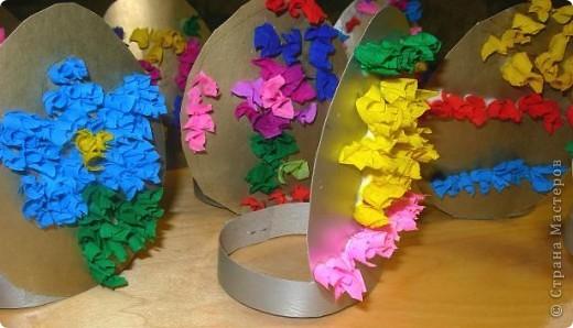 Дети сами придумывали как украсить картонное яичко. Рисовали контуры, затем торцевали.  фото 1