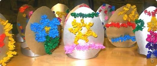 Дети сами придумывали как украсить картонное яичко. Рисовали контуры, затем торцевали.  фото 2