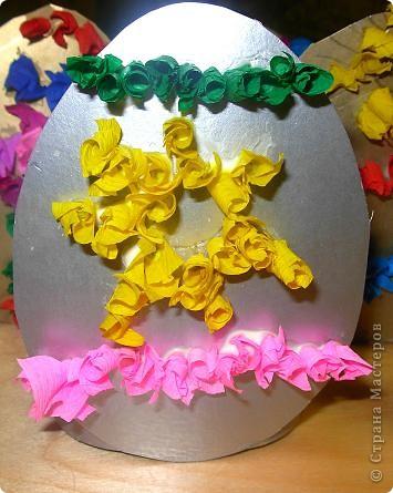 Дети сами придумывали как украсить картонное яичко. Рисовали контуры, затем торцевали.  фото 3