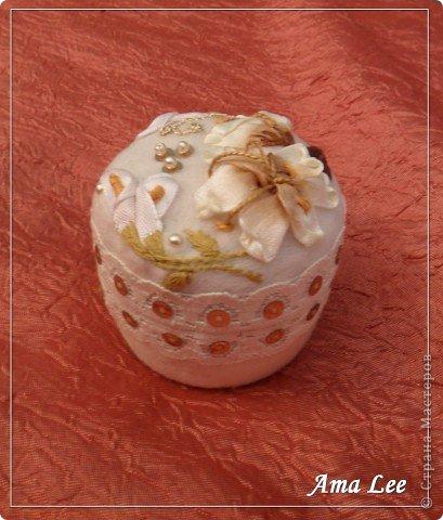 Для основы я взяла жестяную баночку из-под крема. Материал -- креп-атлас + верх, связанный крючком + розочка из лент + бисер + украшалочки. Получилась шкатулка для мелочей :) фото 4