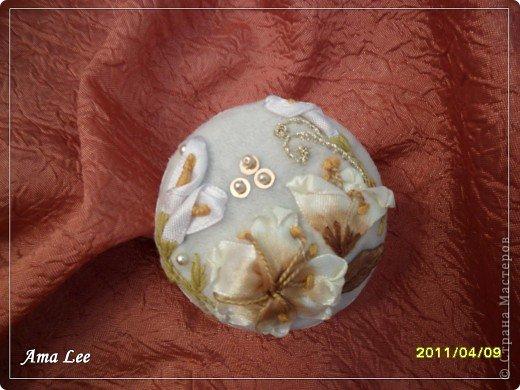Для основы я взяла жестяную баночку из-под крема. Материал -- креп-атлас + верх, связанный крючком + розочка из лент + бисер + украшалочки. Получилась шкатулка для мелочей :) фото 5