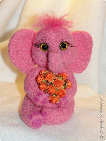 Этот слоненок свалян в подарок девочке, которая лежит в больнице. Говорят, розовые слоны приносят счастье. Я очень хочу, чтобы этот слон принес ей здоровье и сил для борьбы со страшной болезнью.  фото 1