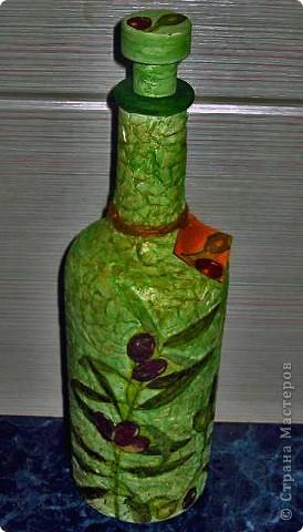 Эту бутылочку для масла сделала под интерьер зеленой кухни, интересную идею с бирками увидела на одном из сайтов, посвященных декупажу, просто края картонки слегка смачиваются в крепком кофе и получатся такой вот интересный эффект!