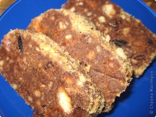 2 плитки шоколада, по 1 горсти орехов,кураги,изюма,чернослива, песочное печенье -200гр , масло сливочное- 100гр. Сухофрукты порезать,распарить,орехи измельчить,печенье помять,шоколад и масло растопить в микроволновке.Всё смешать,завернуть в пищевую пленку и положить в холодильник на 2-3 часа.Получится вкусняшка! Приятного чаепития!