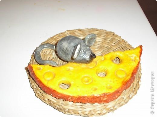 Мышка и сыр. Мышонка и сыр слепила из соленого теста, раскрасила гуашью и покрыла лаком, в хоз. магазине купила подставку под горячее, она служит основой.