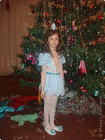 Купила к Новому году елочную игрушку - нимфа с пузыриком. Захотелось сшить дочке костюм по этой игрушке. Долго вынашивала эту идею, покупала нужные материалы к костюму, и вот что получилось, спустя год! А все это было в 2007г. В костюме моя ненаглядная доченька. фото 2