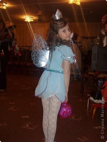 Купила к Новому году елочную игрушку - нимфа с пузыриком. Захотелось сшить дочке костюм по этой игрушке. Долго вынашивала эту идею, покупала нужные материалы к костюму, и вот что получилось, спустя год! А все это было в 2007г. В костюме моя ненаглядная доченька. фото 4