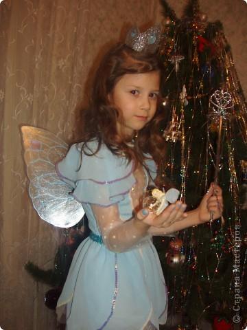 Купила к Новому году елочную игрушку - нимфа с пузыриком. Захотелось сшить дочке костюм по этой игрушке. Долго вынашивала эту идею, покупала нужные материалы к костюму, и вот что получилось, спустя год! А все это было в 2007г. В костюме моя ненаглядная доченька. фото 1