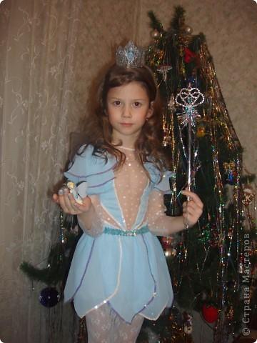 Купила к Новому году елочную игрушку - нимфа с пузыриком. Захотелось сшить дочке костюм по этой игрушке. Долго вынашивала эту идею, покупала нужные материалы к костюму, и вот что получилось, спустя год! А все это было в 2007г. В костюме моя ненаглядная доченька. фото 3