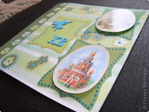 Вот такая пасхальная открыточка в зелено-голубых тонах. основа - бумага для скрапбукинга. Ажурная полоска - фигурный компостер и самоклеящаяся цветная бумага.  Выбитые при компостировании цветы так же использованы для декорирования. фото 4