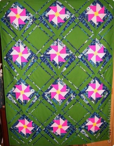 Это подарок на день рожденья. Одеяло называется Аленький цветочек. Название скорее идет от человека для которого делалось, а не от цветка. Размер одеяла 1.5 х 2 метра.