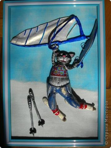 Этого кота заказали на день рождения человеку, увлекающемуся виндсерфингом и снежными лыжами. Задача была показать все увлечения сразу, и чтобы героем был кот. Единственное, что я смогла придумать, так это разделить картину на 2 части, где верхняя часть кота в теплых краях на фоне голубого неба управляет парусом, а нижняя, соответственно, где-нибудь в горах на снегу катается на лыжах... фото 2