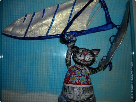 Этого кота заказали на день рождения человеку, увлекающемуся виндсерфингом и снежными лыжами. Задача была показать все увлечения сразу, и чтобы героем был кот. Единственное, что я смогла придумать, так это разделить картину на 2 части, где верхняя часть кота в теплых краях на фоне голубого неба управляет парусом, а нижняя, соответственно, где-нибудь в горах на снегу катается на лыжах... фото 3