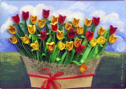 Доброго времени суток всем! Я понимаю, это уже не смешно, но снова тюльпаны... Только теперь сравнительно крупнее.. Резала полоски по 1,5 см шириной, и склеивала 3 полосы по 30 см, это для цветка, и три полосы для листьев. Фон рисовала гуашью, прямо на картонной основе рамки. фото 1